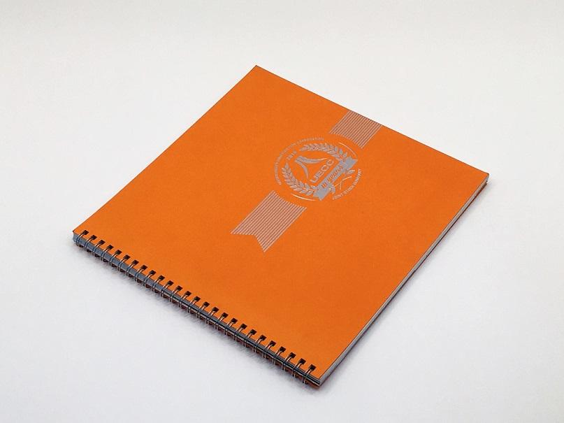 Брошюра на пружине. обложка из плотной дизайнерской бумаги. Нанесение на обложку - тиснение серебром.