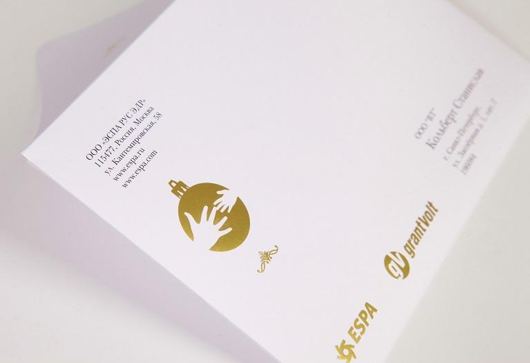 Конверт с треугольным клапаном, на дизайнерской бумаге с печатью и тиснением золотом.