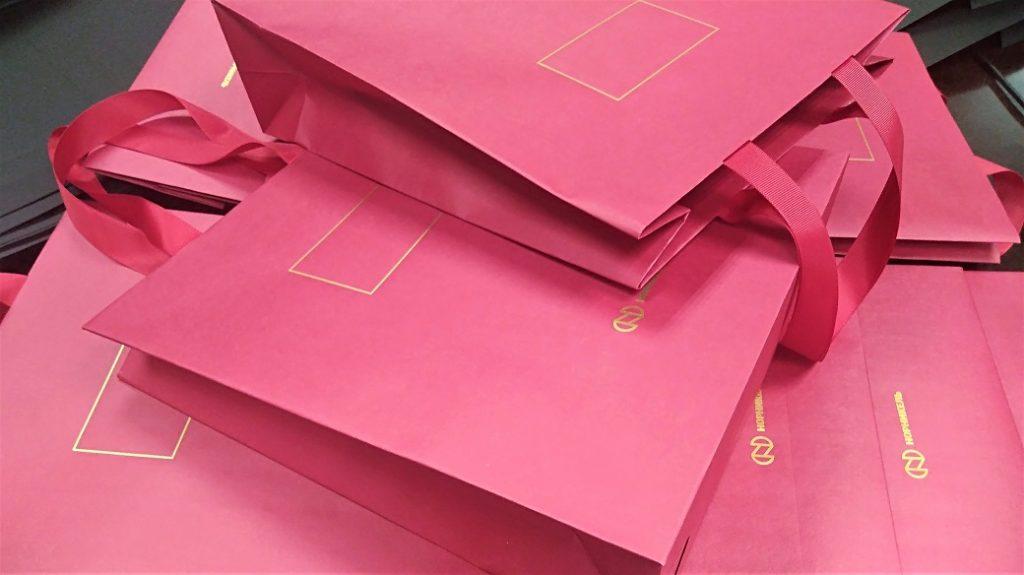 Пакеты с тиснением логотипа и ручками-лентами